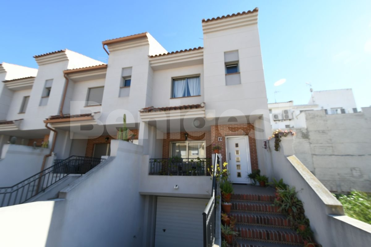 Large end townhouse with private garage