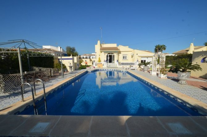 Detached villa large plot in La Siesta