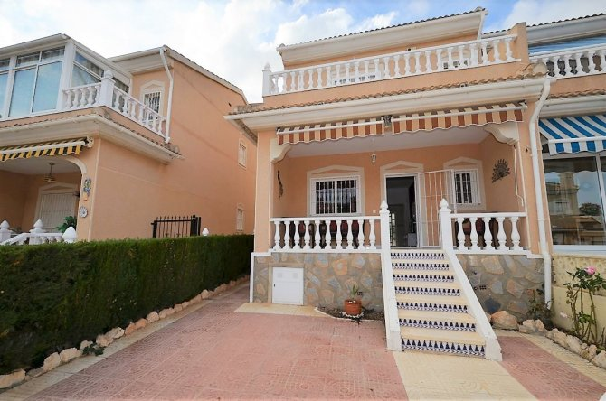 Stunning end townhouse in Doña Pepa