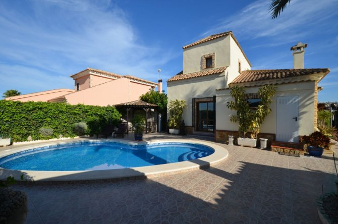 Private detached villa with pool & sauna