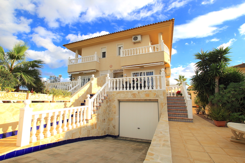 Spacious Semi-Detached Villa With Guest Apartment