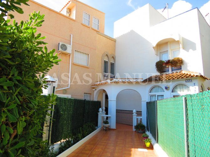 Spacious Beachside Townhouse - Large Gardens