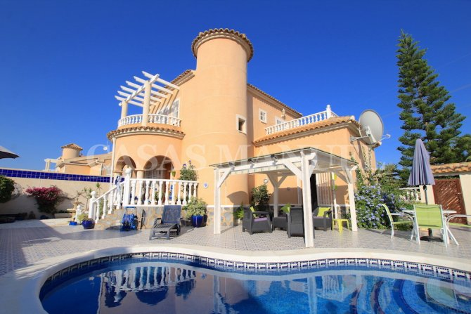 Desirable 3 Bed / 2 Bath Villa with Private Pool