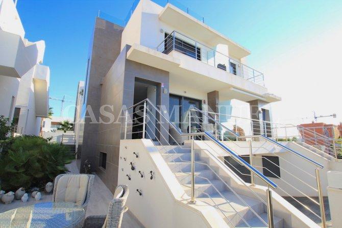 Luxury 4 Bed / 3 Bath Semi-Detached Villa