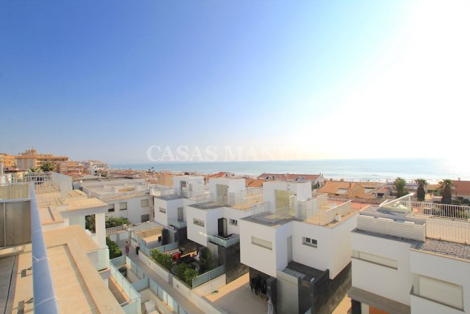 Luxury 5 Bed Property Just 100m from the Beach - Sea Views!