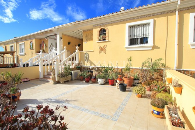 Sizeable 5 Bedroom Townhouse With Plenty of Outdoor Space