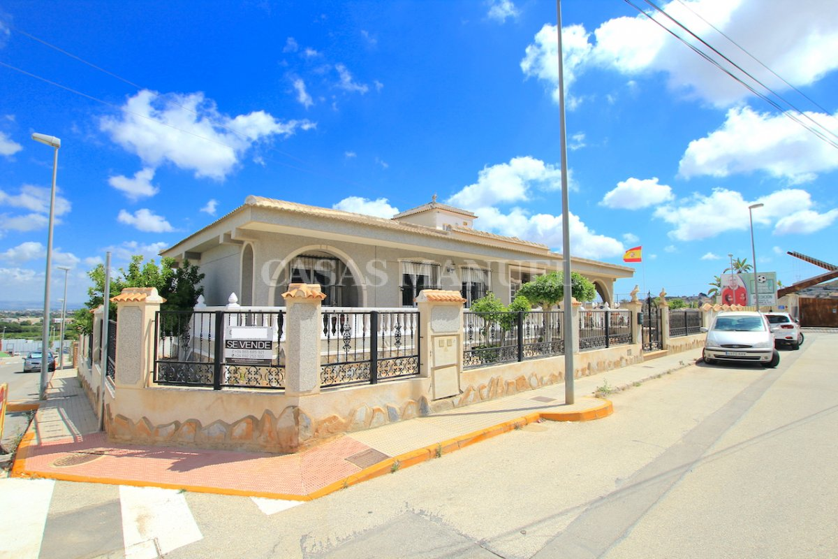 An Amazingly Spacious 7 Bed Villa With Private Pool + Garage