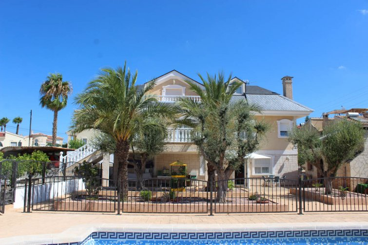 Impressive villa with private pool, just two minutes' walk to Quesada high street