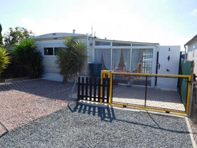 Mobile home on very large plot in Albatera