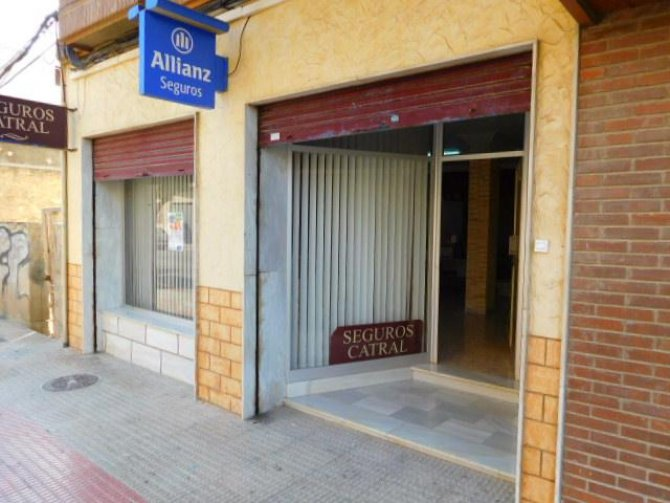 Lock up shop and apartment in Catral
