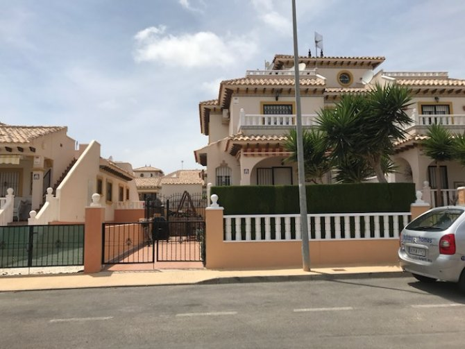 2 bedroom house with garden & roof terrace