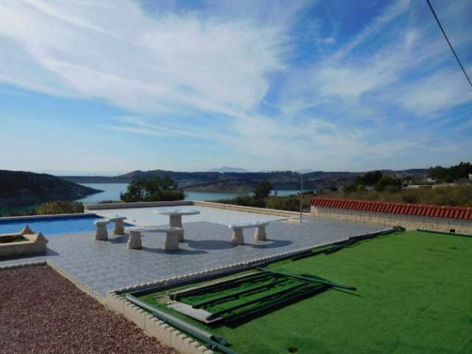 UNIQUE FINCA WITH VIEWS TO THE LAKE