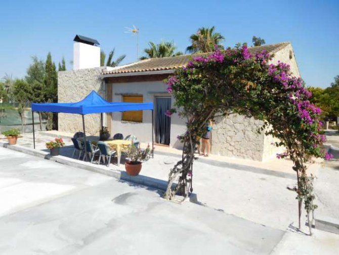 Country property on the outskirts of catral for rent.