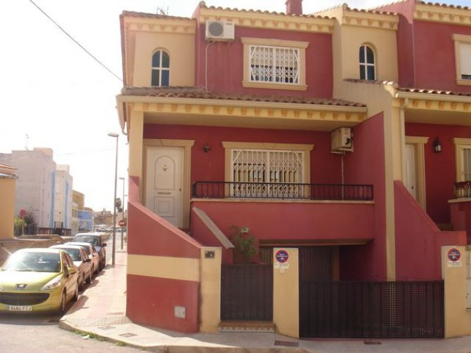 Red townhouse, Catral
