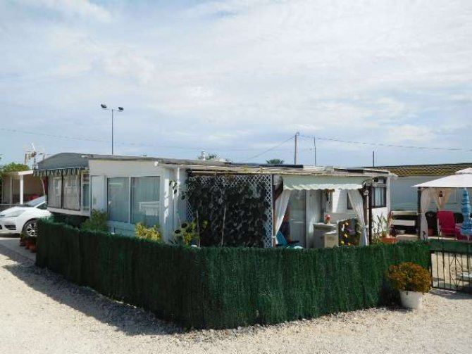 Spacious mobile home with conservatory