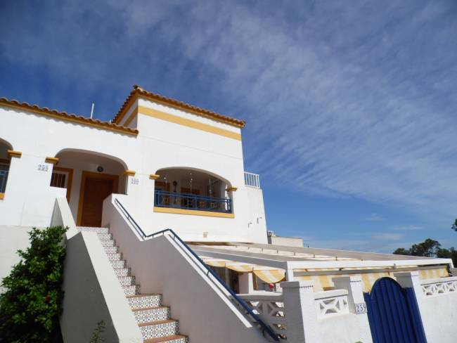 Lovely 3 Bed 1 Bath apartment with sea view