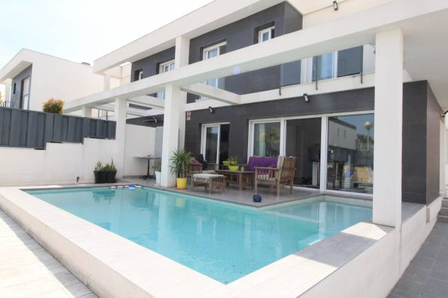Modern 2 bedroom 2 bathroom house with private pool