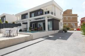 Modern 3 bedroom 2 bathroom house with private pool (13)