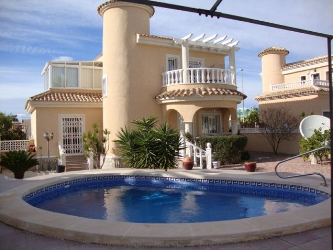 Superb 3/4 bed 2 bath villa with private pool and walking distance to amenities