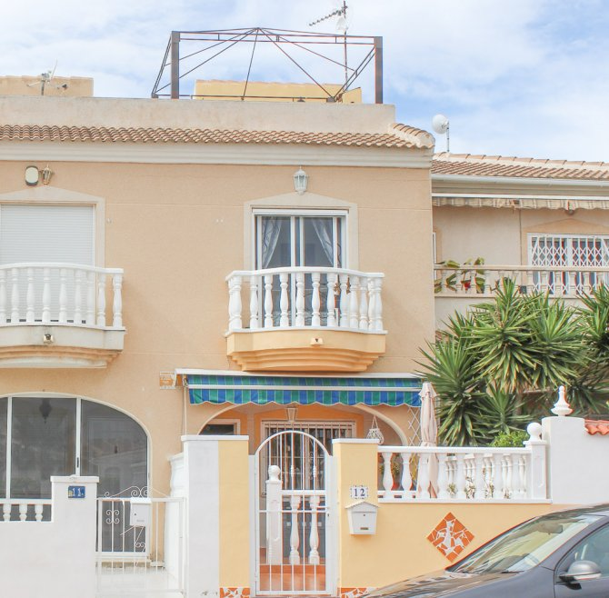 Well presented townhouse with communal pool and solarium