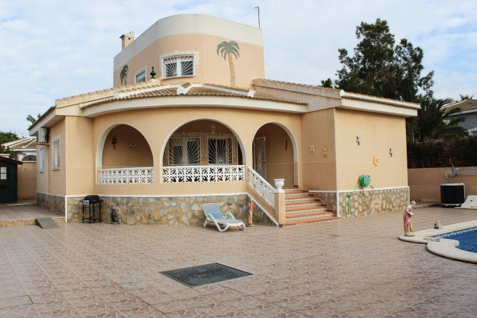 Superb 4 bed 3 bath villa with heated pool and separate 1 bed apartment