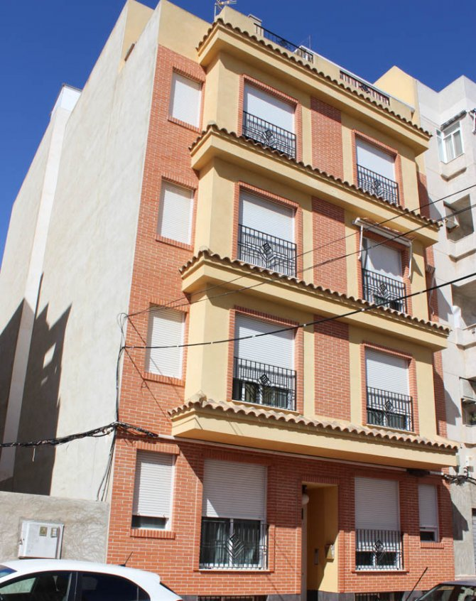 Well presented, modern, apartment within walking distance to beach