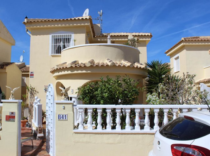 Very well-presented villa in quiet residential area