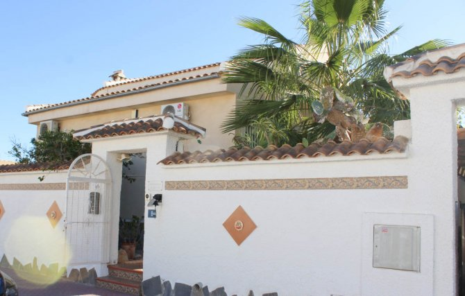 Villa with private pool and separate 1 bed apartment, walking distance to amenities