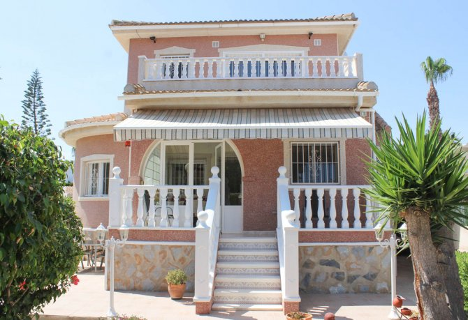 Beautiful, South facing villa with private pool and garage within easy walking distance of facilities