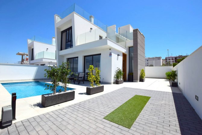 Modern Villas with private pool in good location