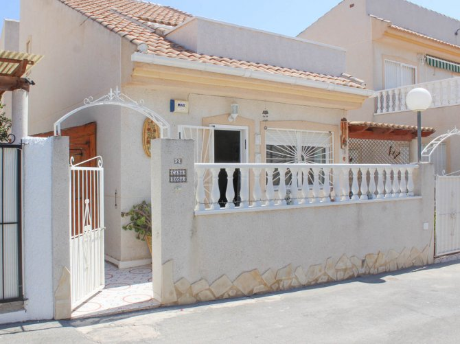 Well-presented, refurbished villa with community pool and lots of extras