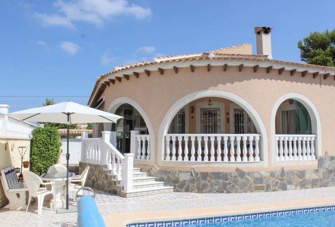 Spacious villa, one level, private heated pool two minutes' walk to the high street