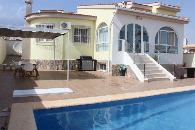 Impressive villa with private pool in quiet residential area