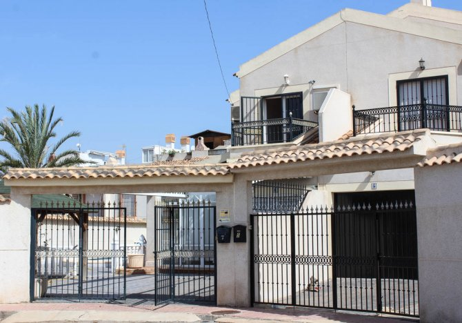 Semi-det villa with private pool and garage just a few minutes' drive to the beach