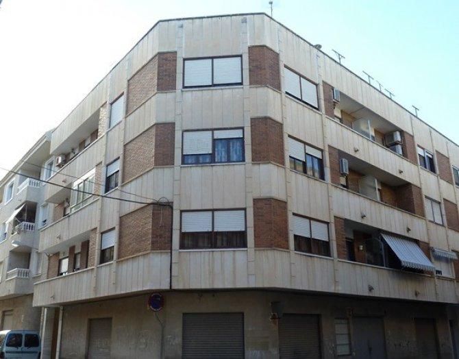 Spacious 2nd floor apartment with communal solarium