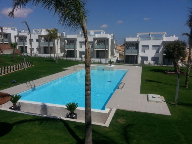 Stunning contemporary 2 bed 2 bath bungalow apartments with heated communal pool, jacuzzi, Spa and gym on a gated community