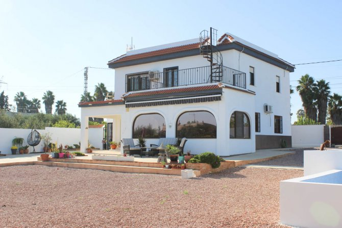 Stylish detached villa, infinity pool, 4,700 m2 plot, easy walking distance to amenities