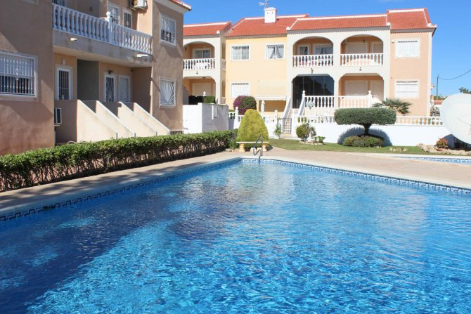 Well-presented, first floor apartment with solarium and community pool in Doña Pepa