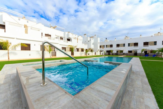 New 3 bed apartments with communal pool, 700 meters from the beach