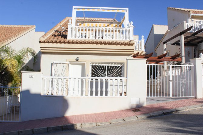 South-facing detached villa with off-road parking and walking distance to amenities