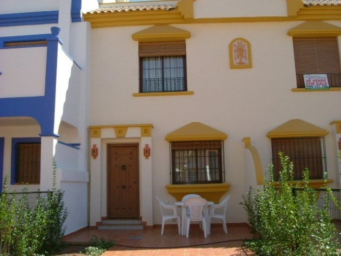 Lovely townhouse with communal spanish style courtyard with fountains and plants