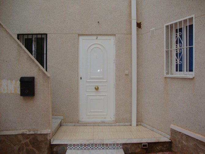 Never been lived in, unfurnished apartment situated in Los Pinos
