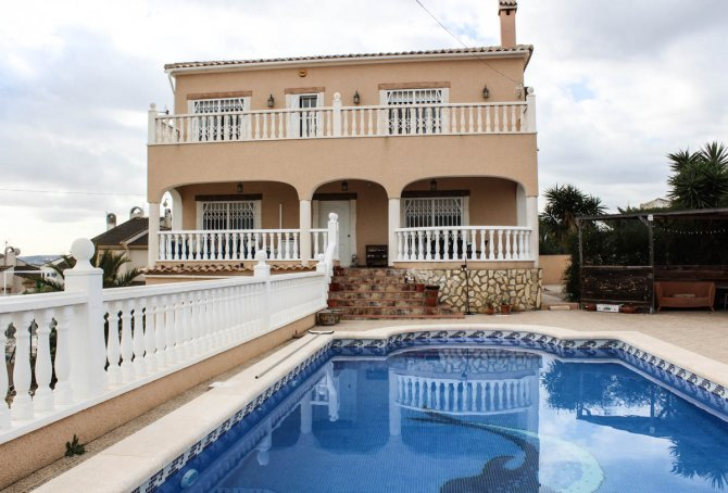Spacious villa with private pool, large plot with off road parking & panoramic views