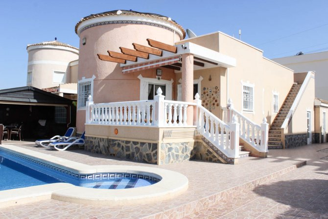 Sunny, well-presented, spacious villa with private pool & ample off-road parking