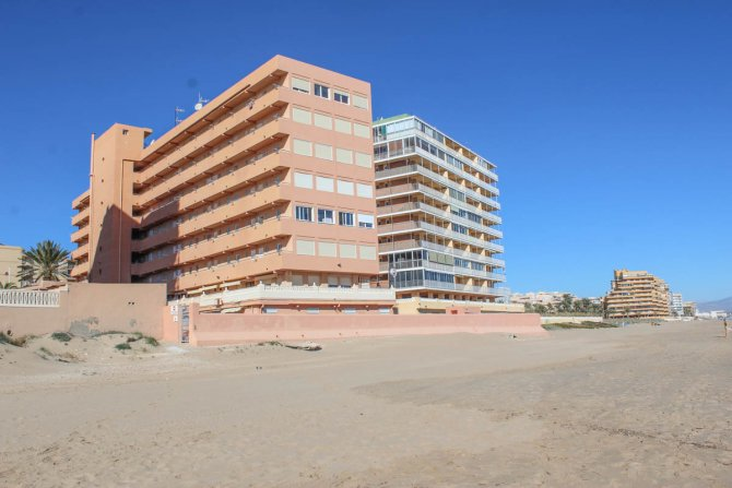 Perfect, modern holiday apartment with parking, overlooking blue flag beach