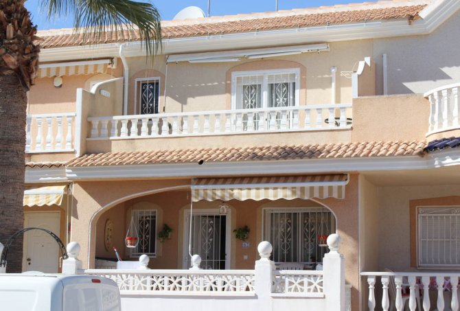 Well-presented townhouse overlooking lovely community pool in Doña Pepa