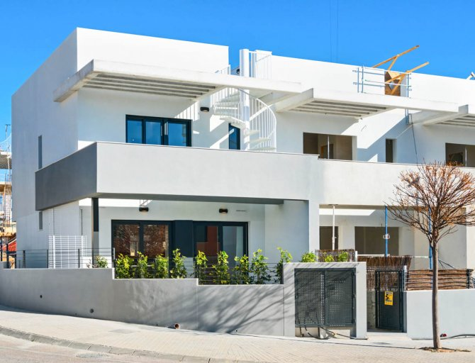 Lovely townhouses with communal pool on Alenda Golf course