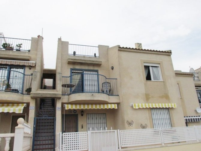 Very well presented 1st floor apartment with large communal pool and solarium