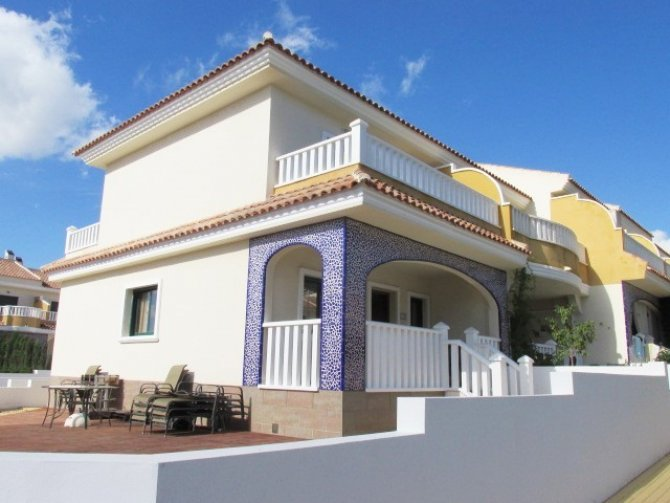 Superb corner Lola townhouse located in a prestigious area of Doña Pepa