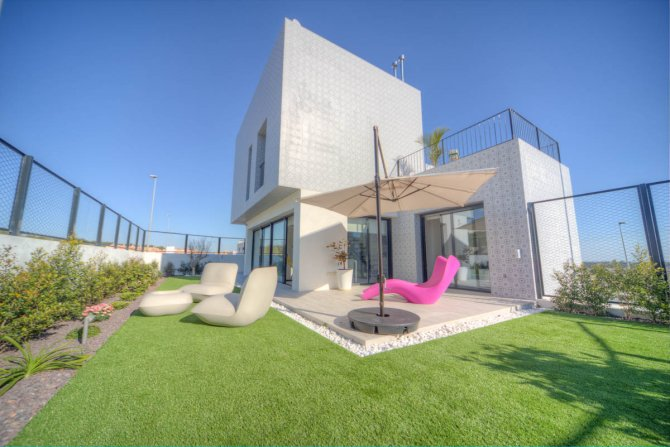 Fully furnished show house with 70m2 under build, communal pool and parking